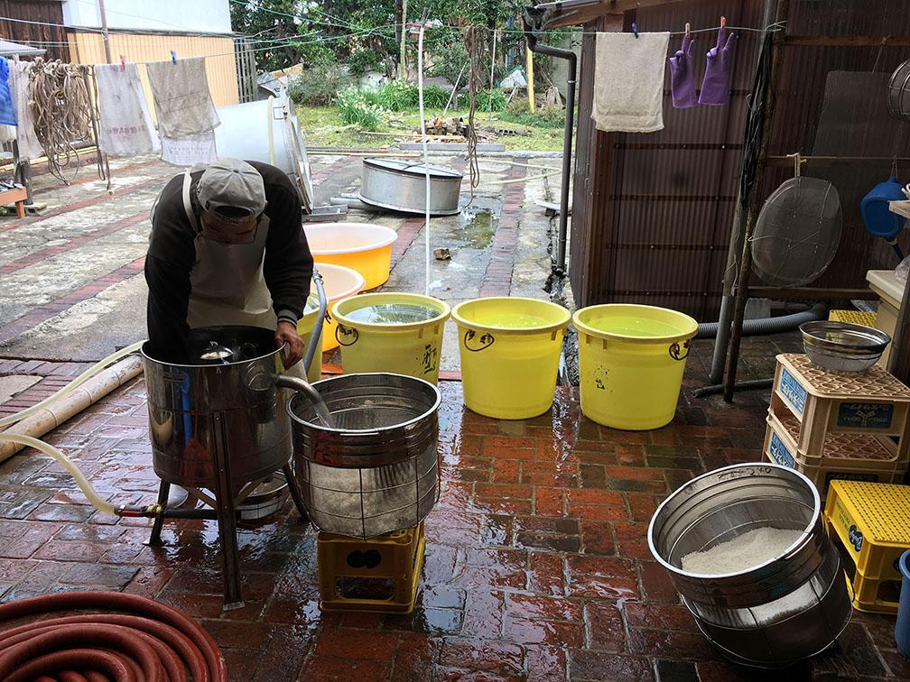 http://www.nipponnosake.com/kura/images/fusozuru_4_wash_rice.jpg