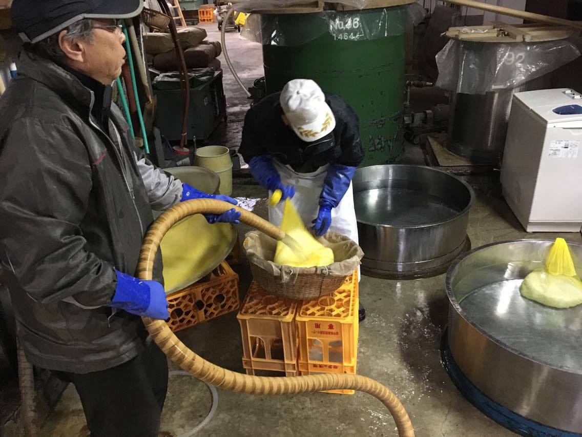 http://www.nipponnosake.com/kura/images/horinoi_1_wash_rice.jpg